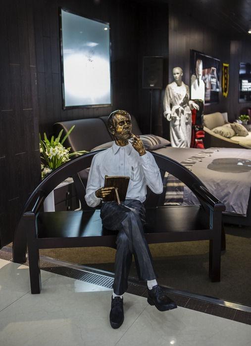 座椅和人物雕塑图片