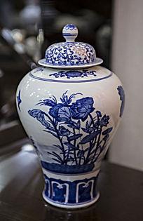 荷花图案陶瓷瓶