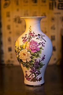 鸟与花卉图案陶瓷瓶