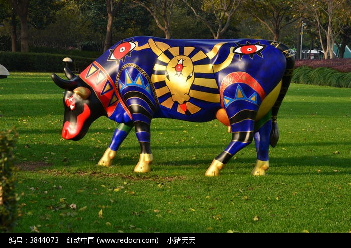 草地上的手绘公牛图片