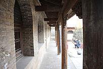 古建筑屋檐下的走廊