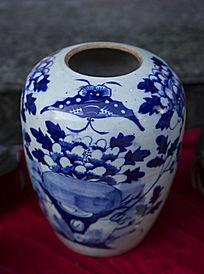 蝴蝶图案瓷瓶