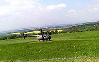 降落在草坪上的直升机