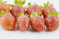 近拍8个摆放整齐草莓持写图片
