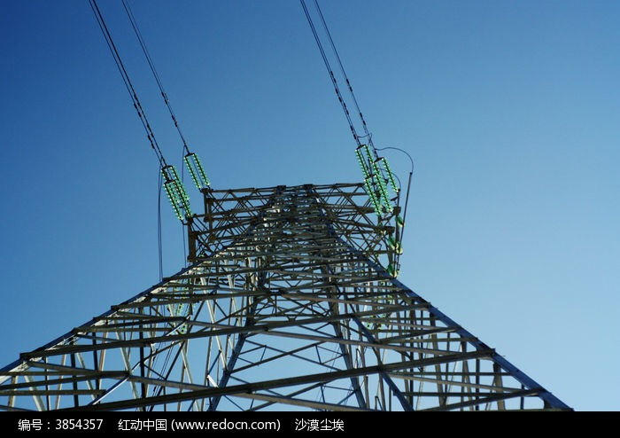 蓝天下高压输电线铁塔图片