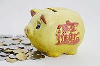 棚拍存钱罐和硬币特写图片