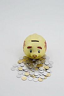 棚拍存钱罐和硬币图片