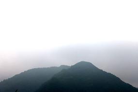 山顶山峰峦 雾