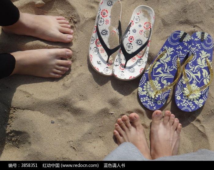 友情 相伴 脚 沙滩 拖鞋 海边图片