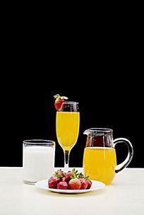 摆拍玻璃杯里的果汁和草莓特写图片