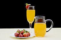 摆拍草莓和二杯果汁图片
