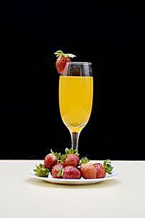 摆拍草莓和高脚杯里的果汁图片