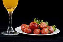 摆拍黑色背景下草莓果汁图片