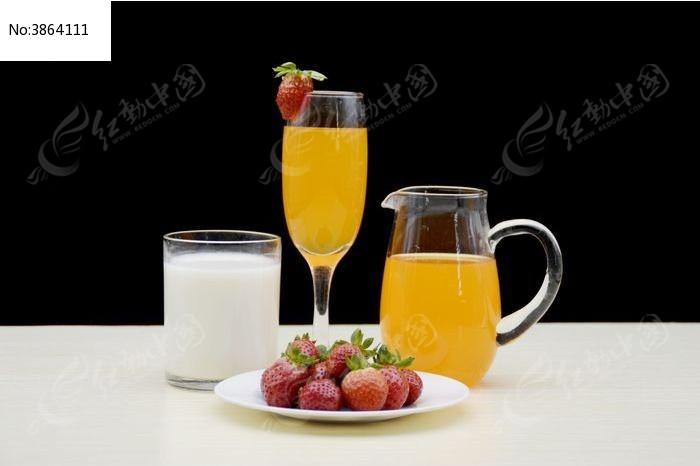玻璃杯里的果汁和草莓特写图片