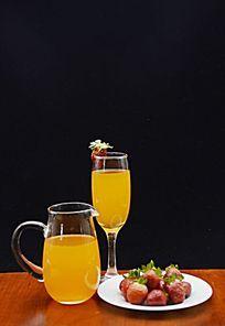黑色背景草莓和二杯果汁特写图片