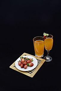 黑色背景二杯果汁和草莓特写图片