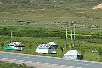 西藏蓝天白云的大草原牧民包