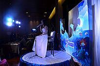 西餐厅现场节目表演唱歌的美女