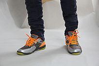 一对运动休闲鞋子