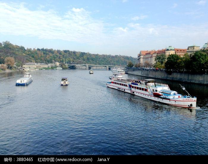 伏尔塔瓦河上的各种船只及岸边的古建筑图片