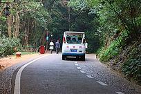 公园里在公路行驶的厂车旅游车路人