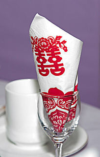 婚礼餐桌上的酒杯