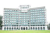 人民大学草坪上的大楼教学楼玻璃