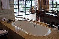 舒适白洁的浴缸