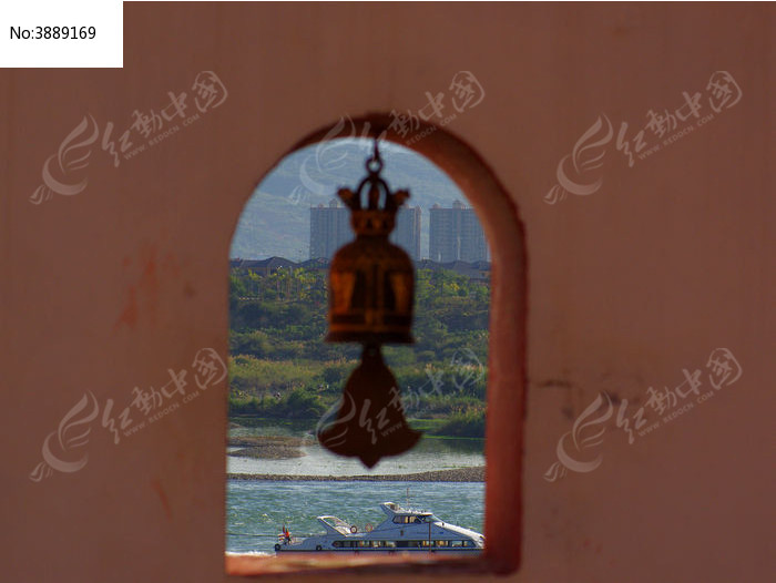 寺庙墙壁的风铃窗口