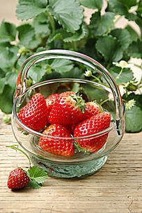 玻璃容器里的草莓