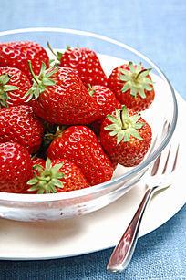 玻璃碗里的草莓