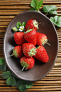 一盆新鲜草莓