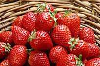 箩筐里的草莓
