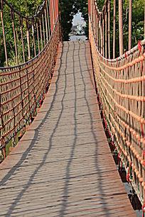 红色桥梁竖构图