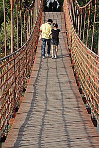 牵手过索桥