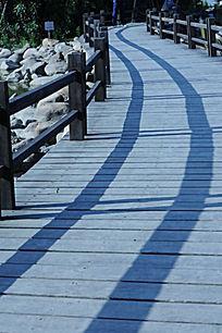 木栈道的小径