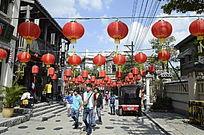 海南冯小刚电影公社里的街上挂着红灯笼图片