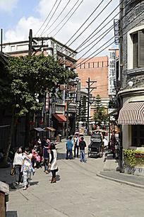 海南观澜湖冯小刚电影城里的街景图