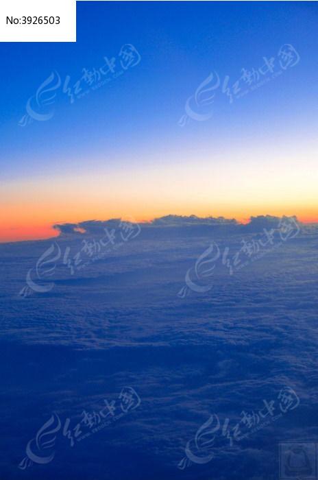 飞机上的蓝天白云图片