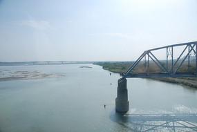 废弃的钢架桥