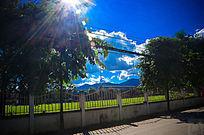阳光普照的蓝天白云