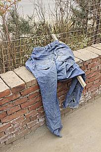 破烂的牛仔裤