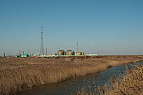 湿地保护区内的原油集输站