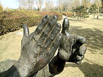 鼓掌的雕塑手部特写