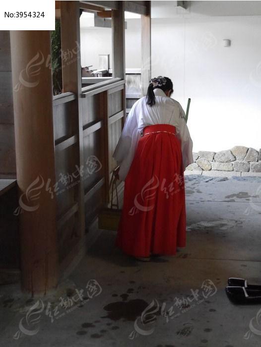 日本打扫卫生的女孩子背影