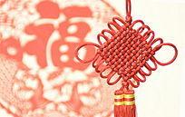 福字剪纸背景中国结特写图片