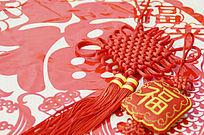 福字剪纸上放着中国结图片