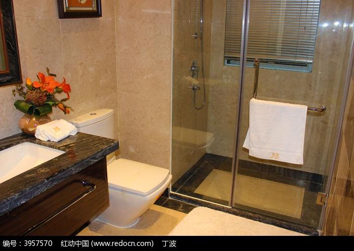 干净的大理石装修的洗浴间