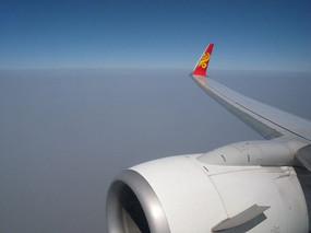 高空飞行的客机