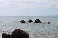 海中的三块大石头